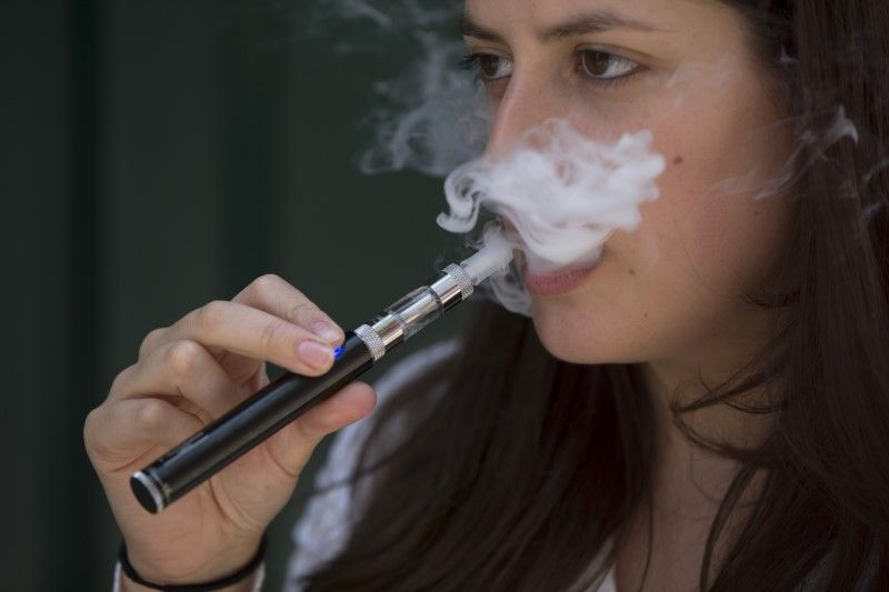 ВР запретила продажу электронных сигарет лицам до 18 лет / REUTERS