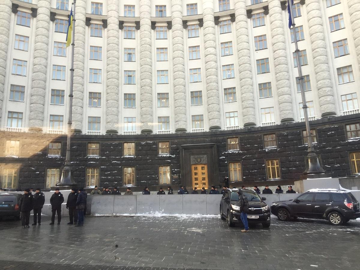 Правоохранители выстроились напротив здания Кабмина / Фото УНИАН