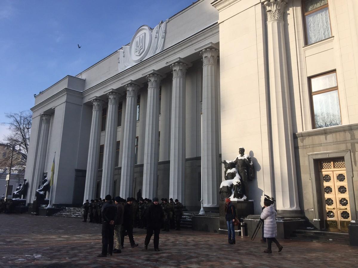 Периметр парламента очеплений плотным рядом правоохранителей / УНИАН