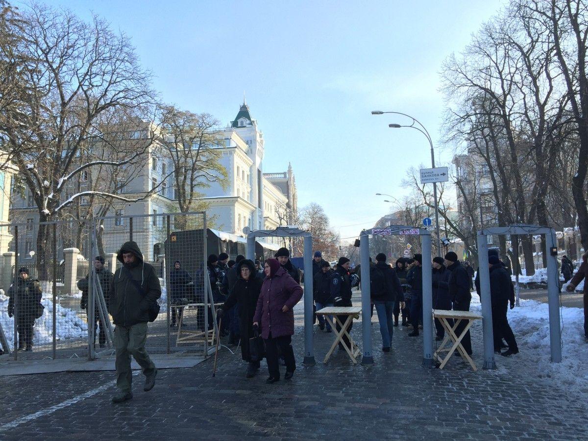 Возле Верховной Рады находится не более чем 100 человек / УНИАН
