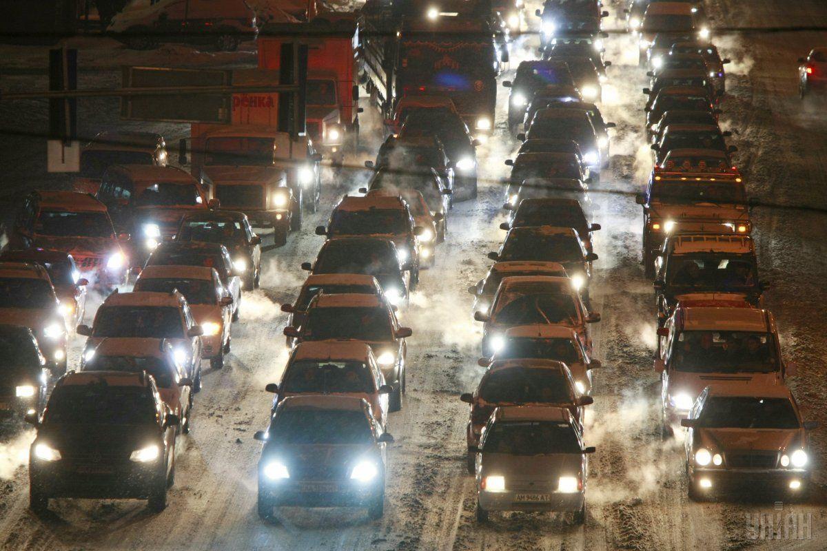 У двох областях України тимчасово обмежили рух транспорту через несприятливі погодні умови  / УНІАН