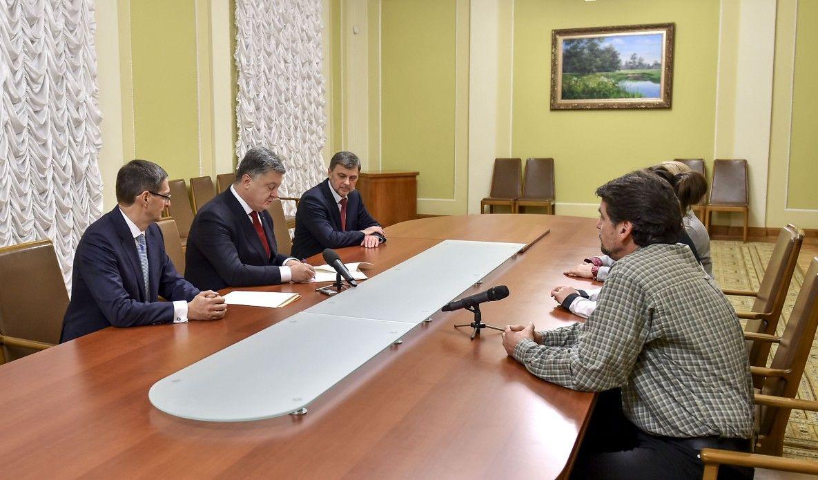 Порошенко подписал закон во время встречи с обманутыми вкладчиками банка