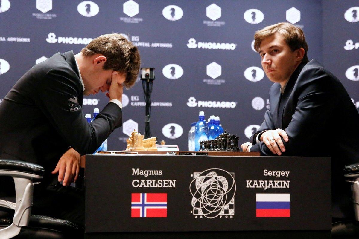 Магнус Карлсен и Сергей Карякин / Reuters