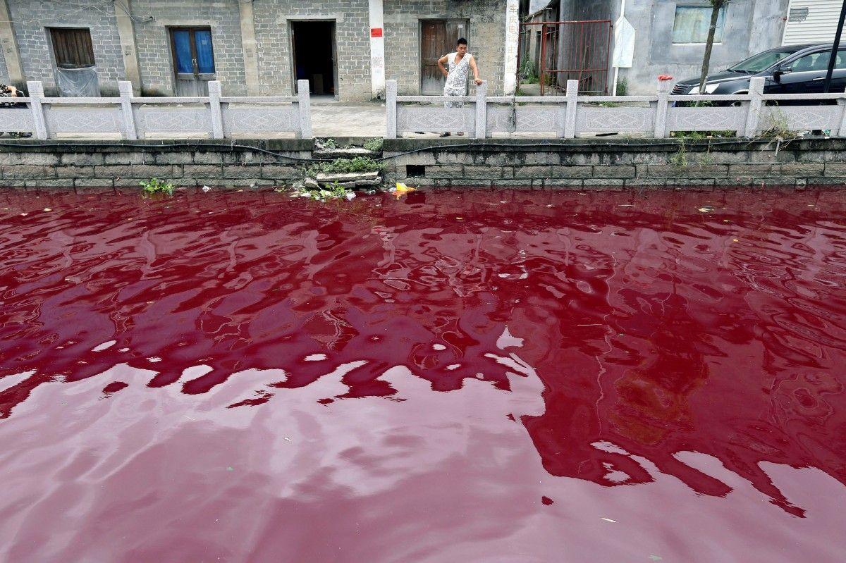 Забруднена вода в річці в Китаї / Фото REUTERS