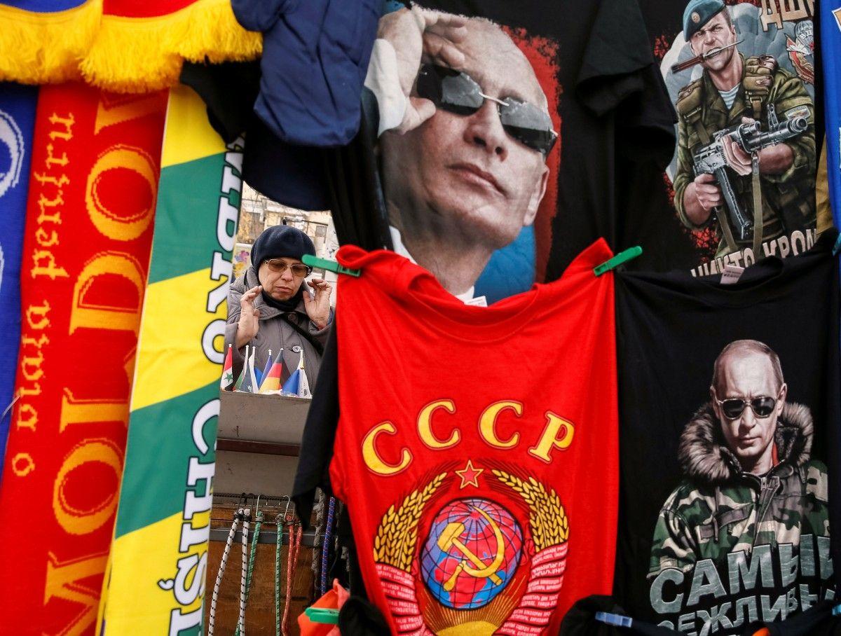 Сувениры с изображением Путина / REUTERS