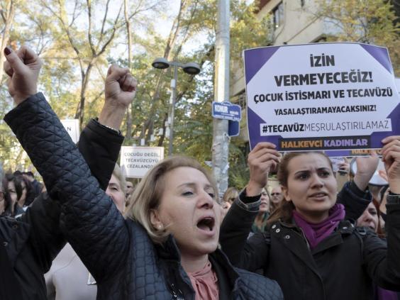 У Стамбулі сотні людей вийшли на акцію протесту проти закону про шлюб з неповнолітніми / АР