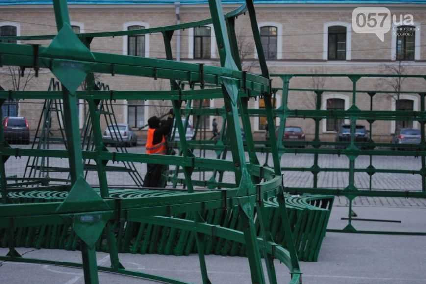 У Харкові почали встановлювати новорічну ялинку / 057.ua