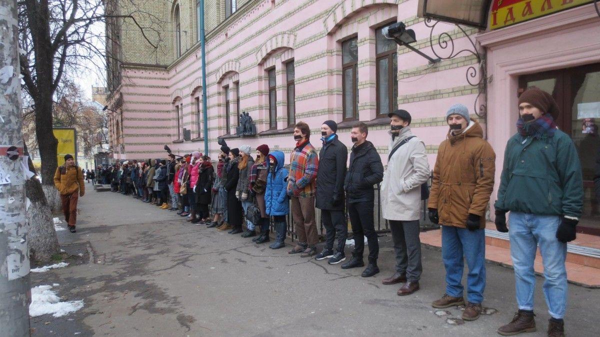Під час акції майбутні актори і режисери заклеїли роти скотчем / Фото facebook/alla.zamanskaya