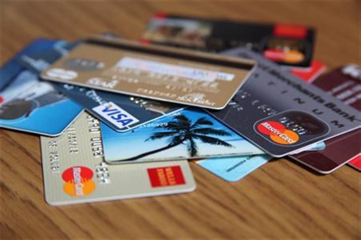 Специалисты советуют ограничить лимит на оплату картой в интернете / Иллюстрация REUTERS