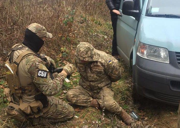 Двох капітанів ЗСУ затримали недалеко від військової частини / Прес-центр СБУ