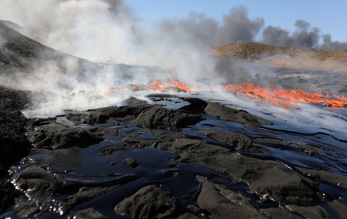 Палаючі нафтові свердловини під Мосулом / Фото REUTERS
