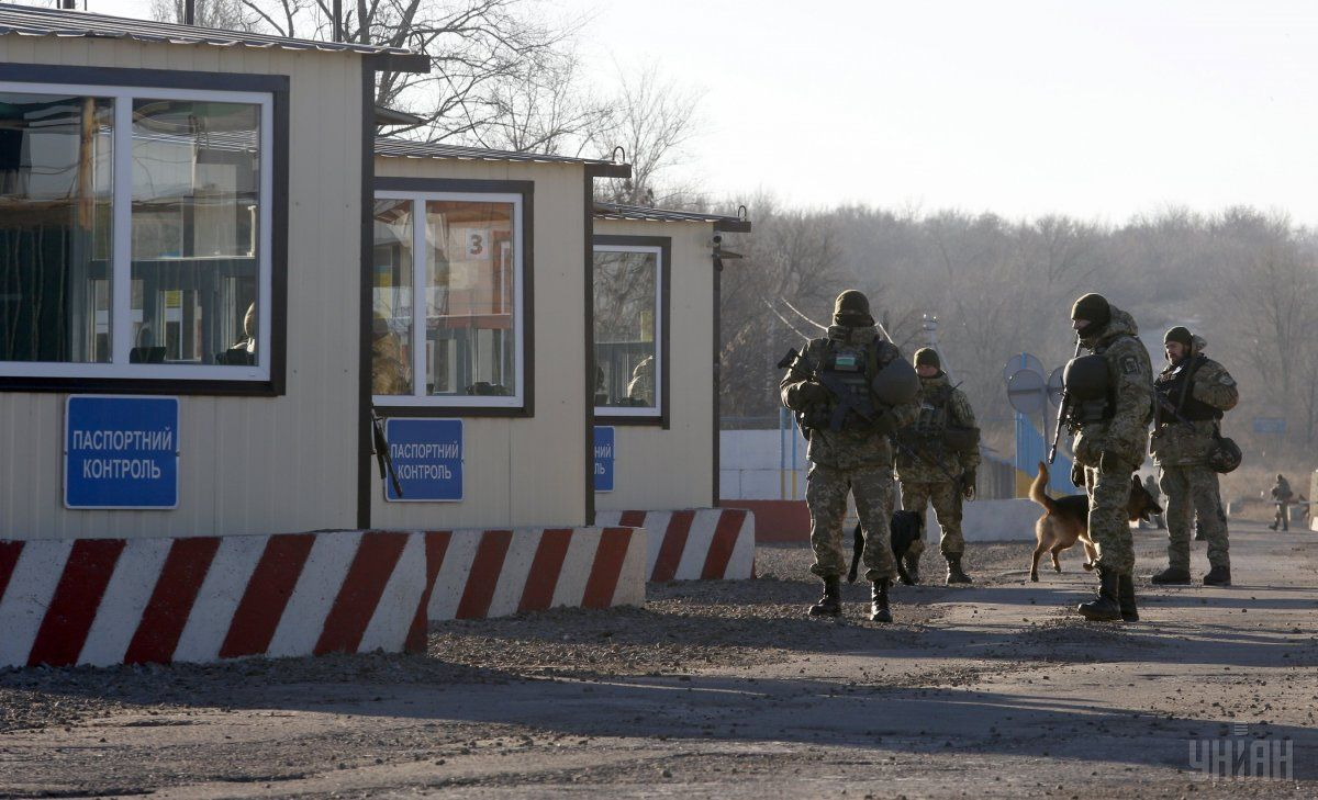 Рішенням штабу АТО контрольно-пропускні операції також були тимчасово припинені / Фото УНІАН