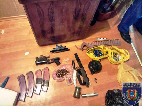 Військовослужбовець біля ресторану погрожував громадянам гранатою/ od.npu.gov.ua