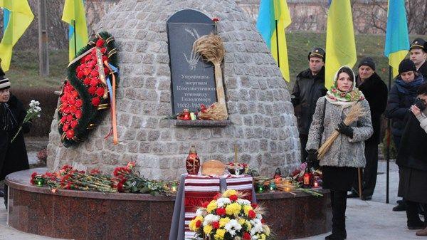 Біля пам'ятного знаку учасники заходу вшанували хвилиною мовчання загиблих / gre4ka.info