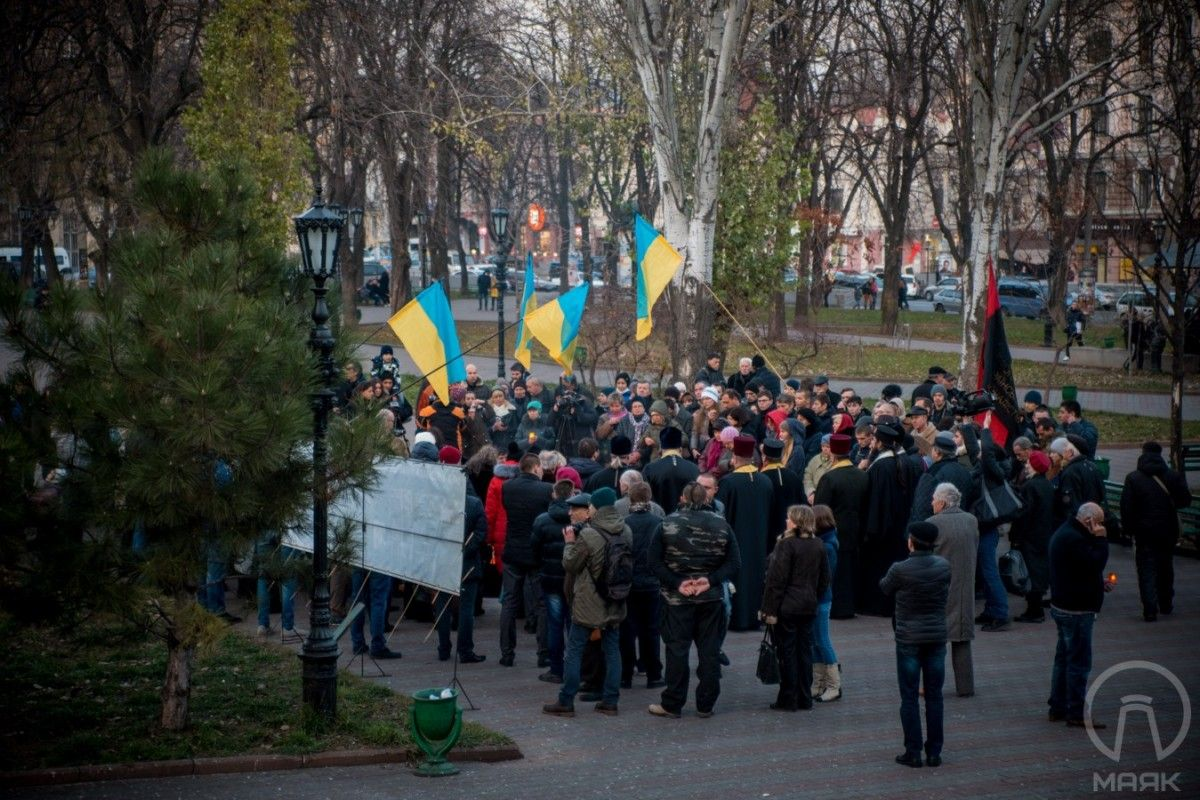 Люди мовчки пройшли вулицями до Соборної площі / mayak.org.ua