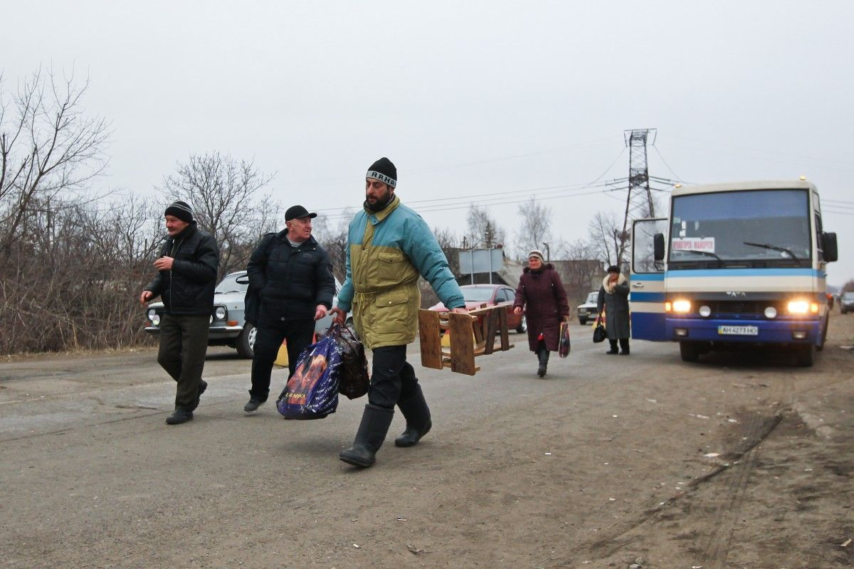 At a Maiorsk checkpoint, people can wait in line for 12-14 hours / Photo from UNIAN