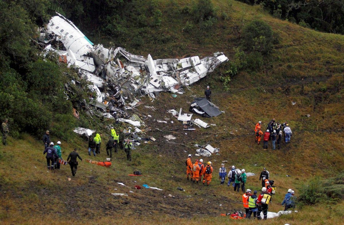 Спасательная операция на месте авиакатастрофы самолета с бразильскими футболистами / REUTERS