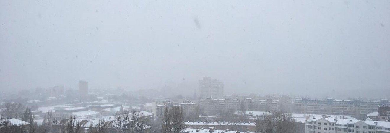 Київ засипало: жителі міста діляться фотографіями снігопаду в соцмережах
