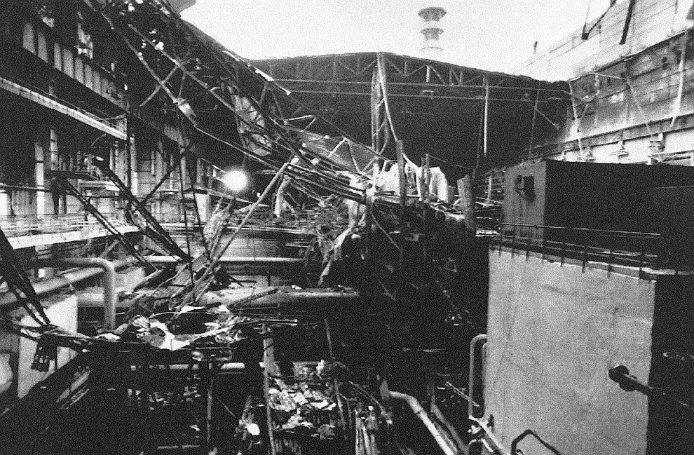 Часть рухнувшей крыши над 4-ым блоком ЧАЭС, 13 октября 1991 года / livejournal.com