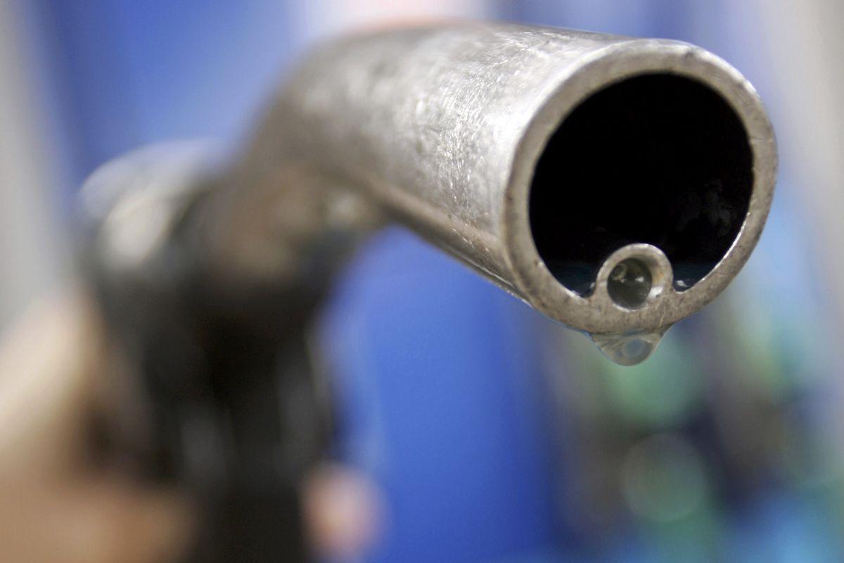 Фермер будет вынужден закупать топливо мелкими партиями на АЗС с розничной наценкой от 4 до 8 гривен на литре / REUTERS