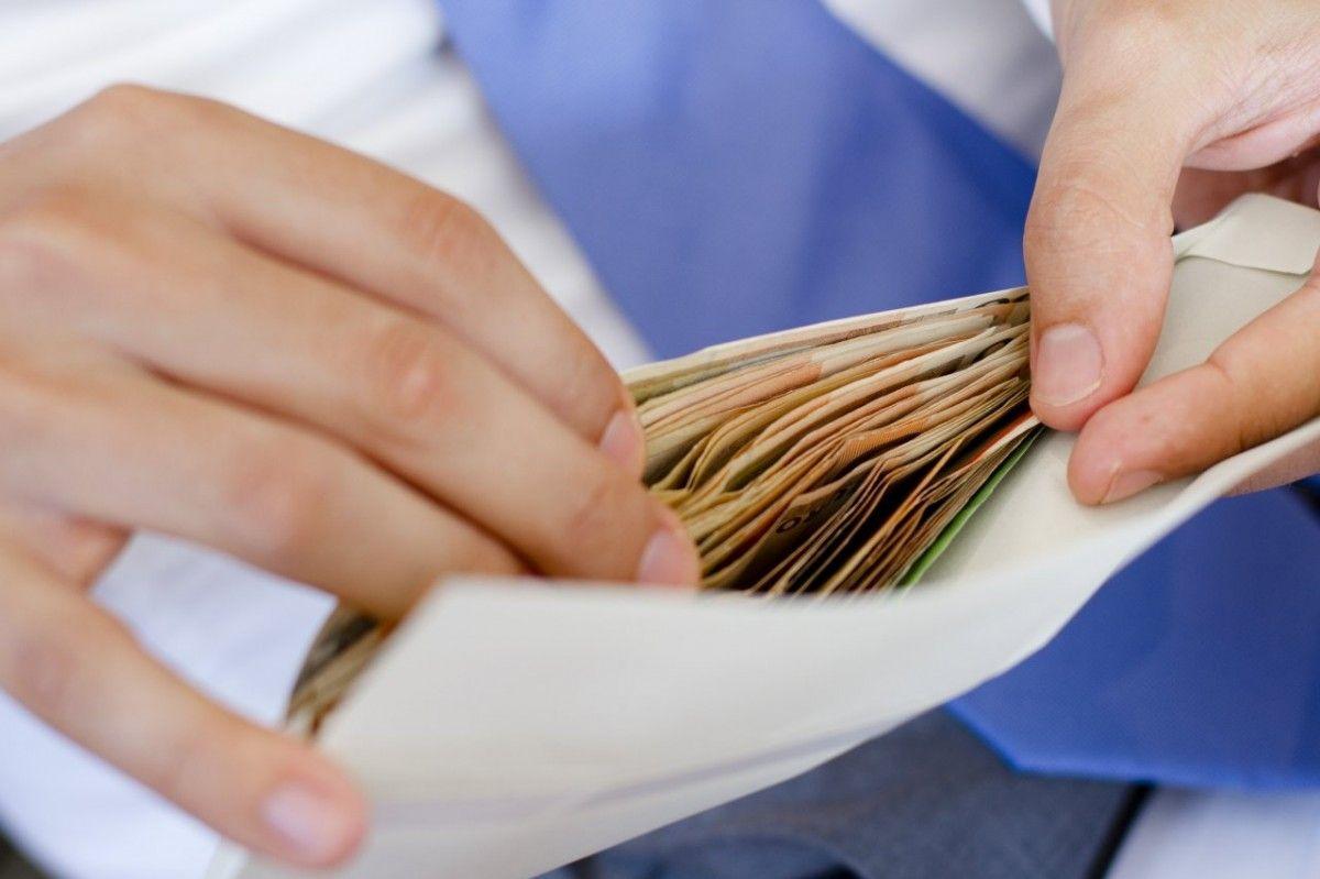 Скорочення зарплатні не торкнеться тих, хто залучений узаходах боротьби з COVID-19 / Фото:УНІАН