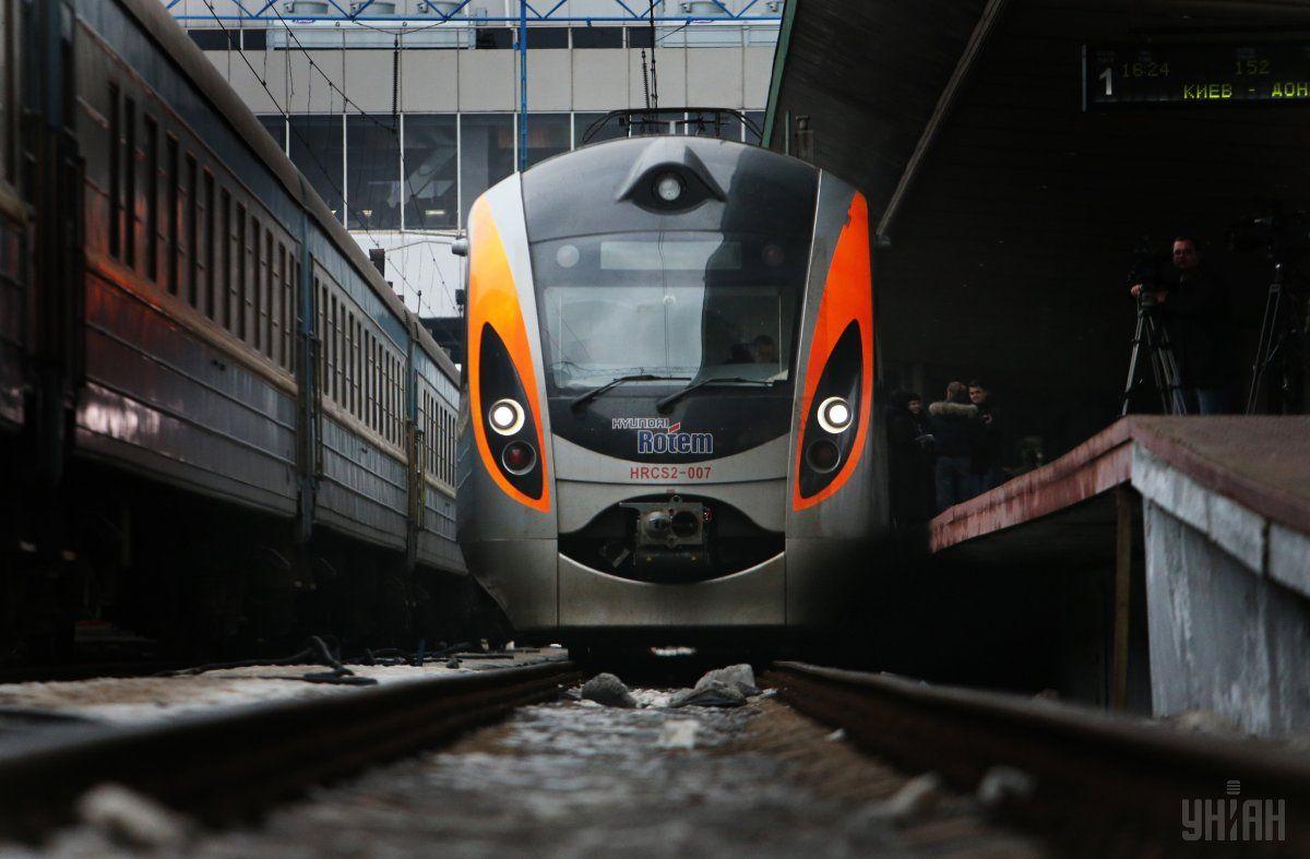 """Пасажири перетворили вагон """"Інтерсіті"""" на смітник / фото УНІАН"""