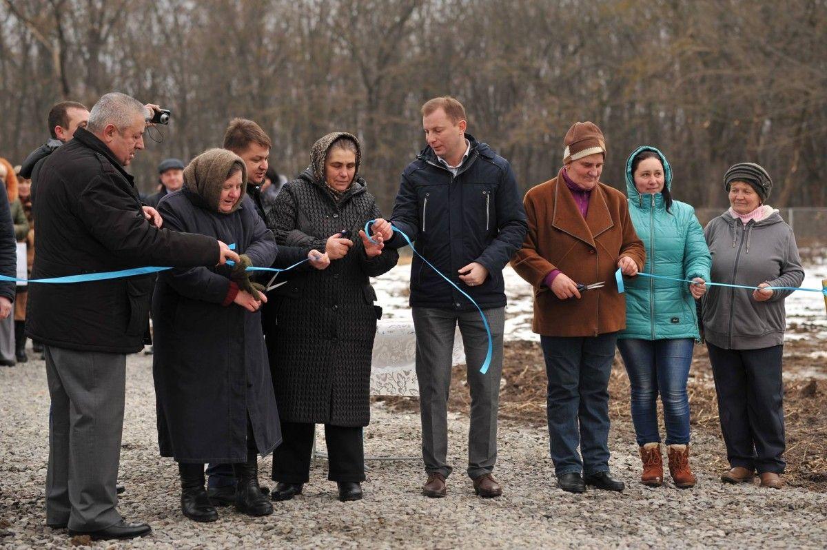 Степан Барна під час відкриття водогону позитивно оцінив виконані роботи / Фото oda.te.gov.ua