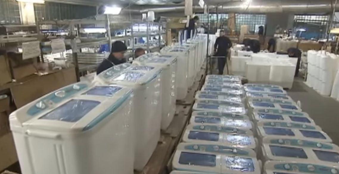 Украинский завод производит 650 стиральных машин за сутки / Кадр из видео 2+2