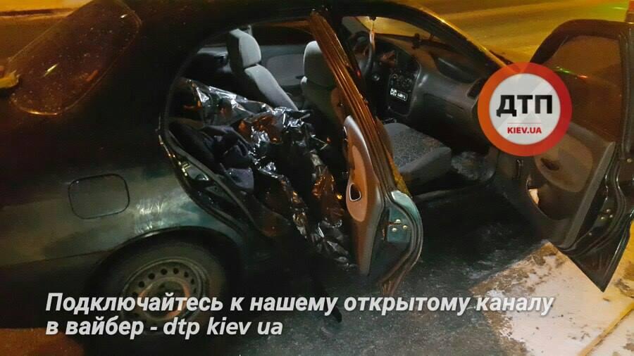 Врачи прибыли через несколько минут, но не успели спасти жизнь человека / Фото facebook.com/dtp.kiev.ua