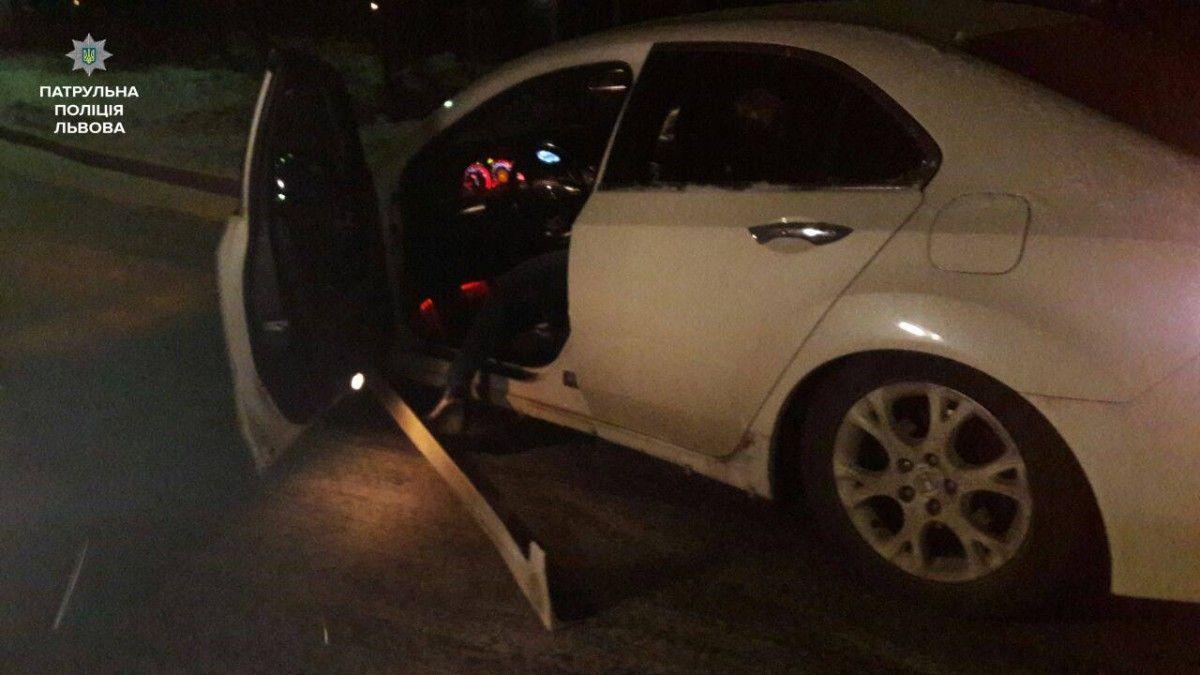 Машину с нетрезвым водителем занесло, и она врезалась в бордюр / Фото facebook.com/lvivpolice