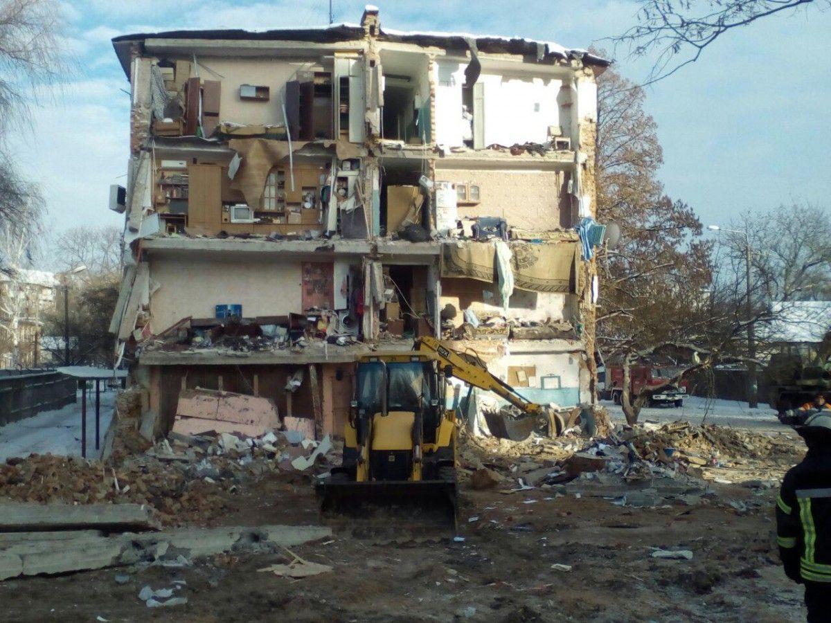 Спасатели уже разобрали около 430 метров кубических отдельных элементов здания / фото ГСЧС