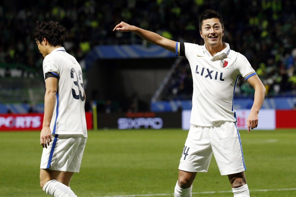 Юма Сузуки отмечает третий гол в ворота колумбийцев / Reuters