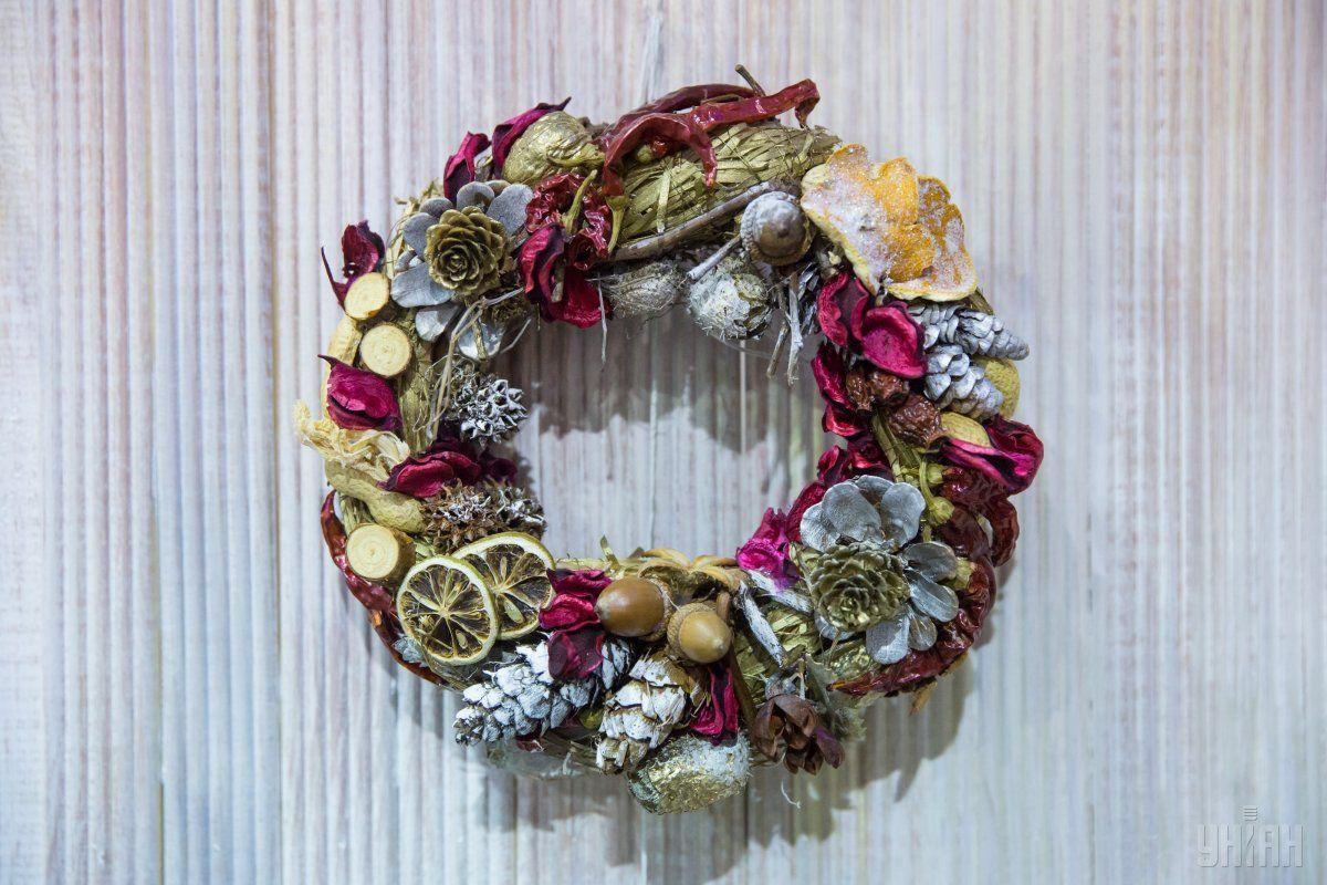 Новогодний венок можно украсить сушеными фруктами, желудями и свечами / Фото УНИАН