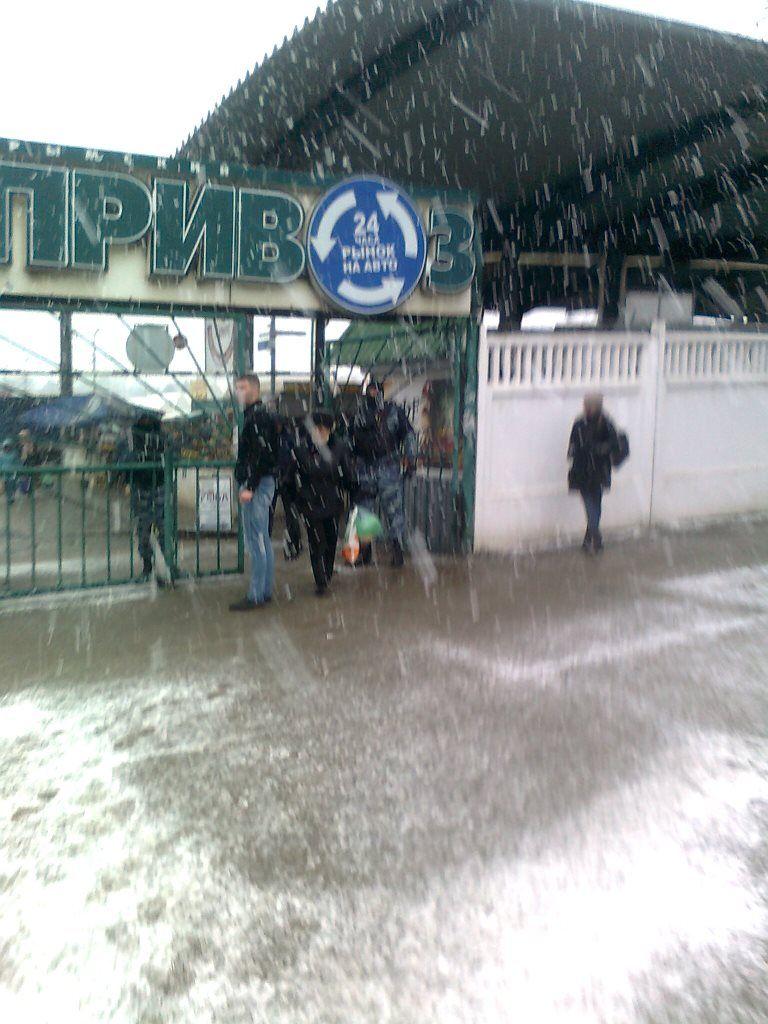 Очевидцы сообщают, что бойцы Омона стояли на входах на рынок / humanrights.org.ua