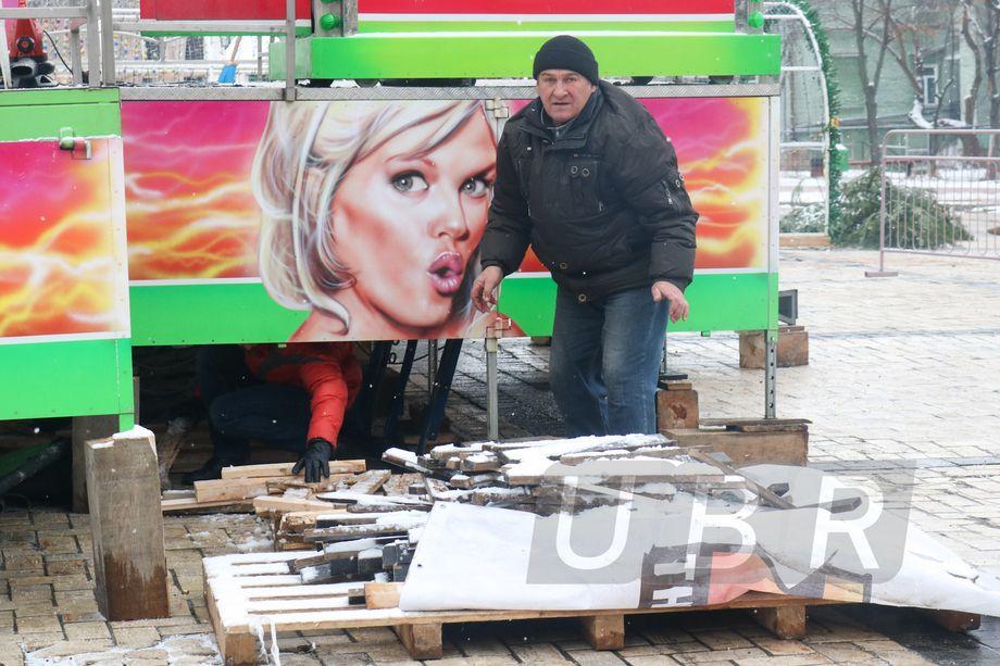 Иллюстрация на рождественской карусели в центре Киева / ubr.ua