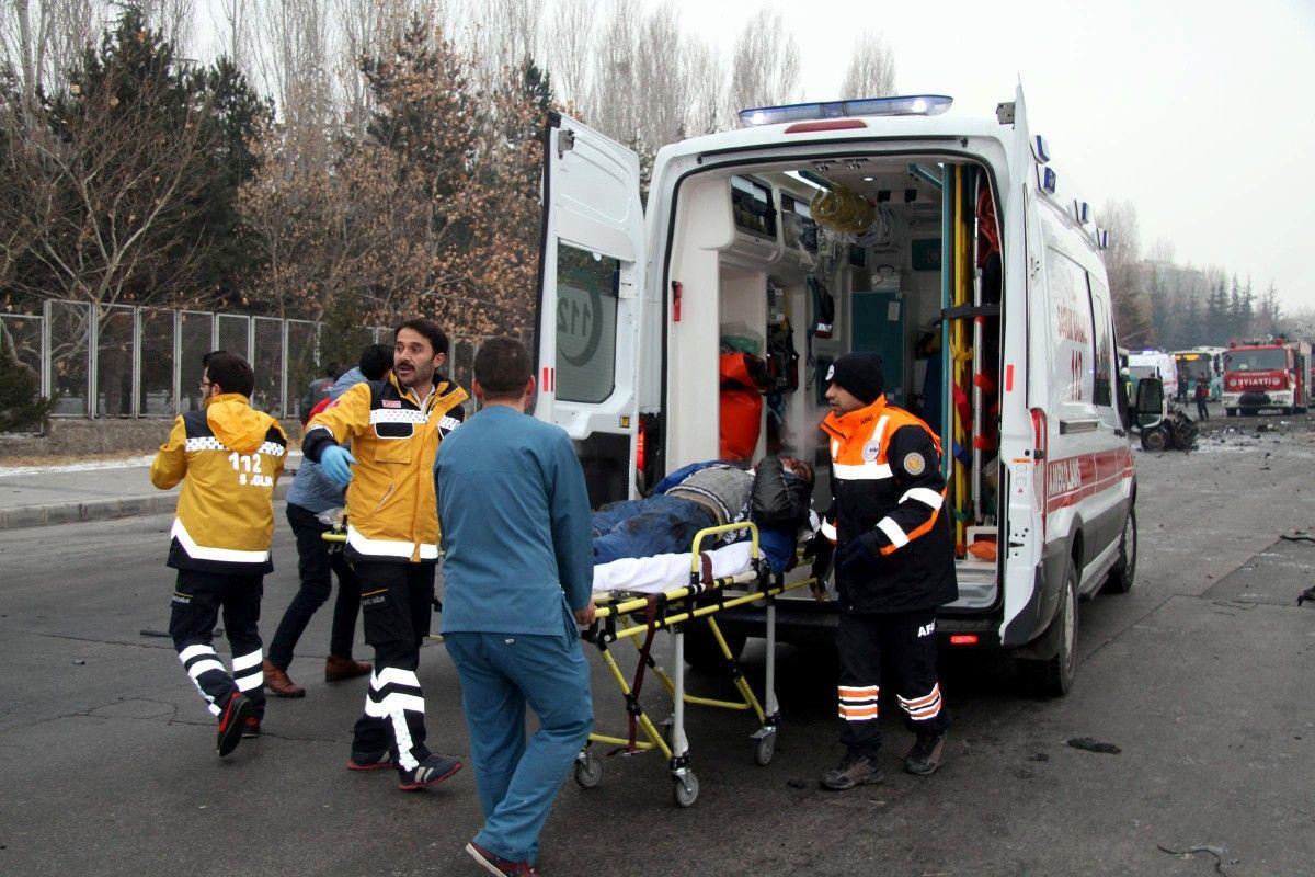 Раненого в результате теракта в турецком Кайсери заносят в карету