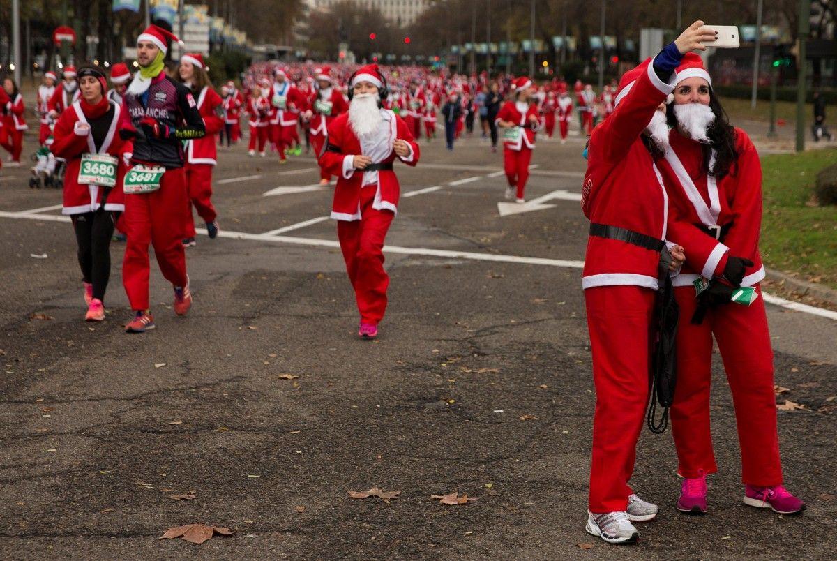 Учасники благотворительного марафона Санта-Клаусов в Мариде. 17 декабря, 2016 год / REUTERS