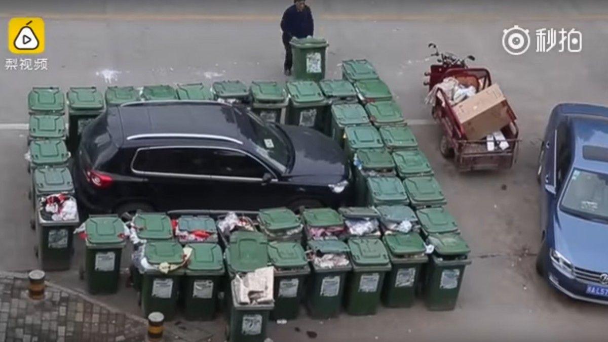 Дворник постарался, чтобы нарушителю было сложно сесть в автомобиль и выехать / Кадр из видео People's Daily, China via youtube.com