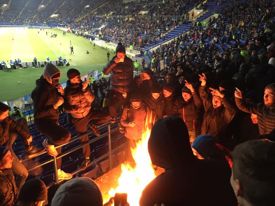 Украинские фанаты во время матча с Сербией