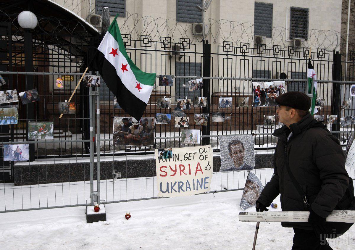 Н одном из плакатов от Рады требуют признать геноцид сирийского народа / фото УНИАН