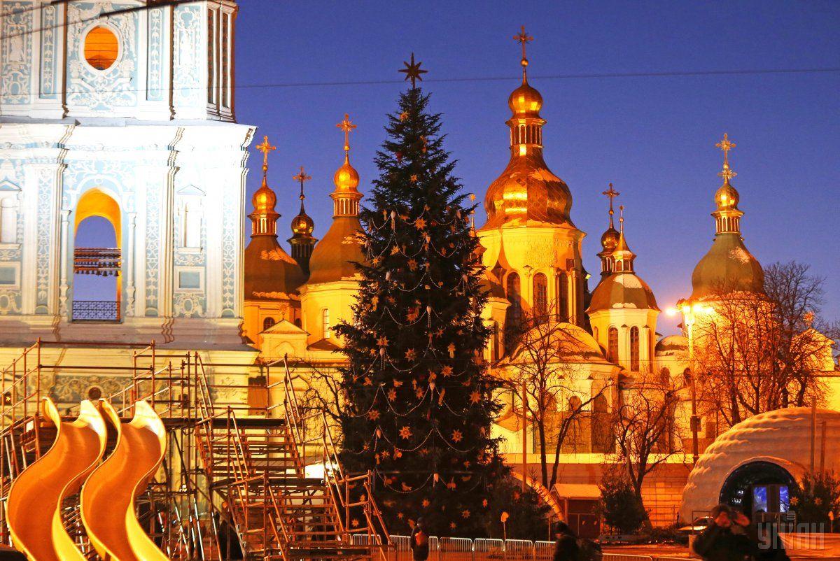 Новорічна ялинка на Сифиевской площі в Києві / фото УНІАН