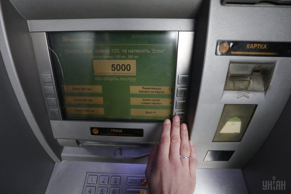 ПриватБанк забил свои банкоматы наличной гривней / фото УНИАН