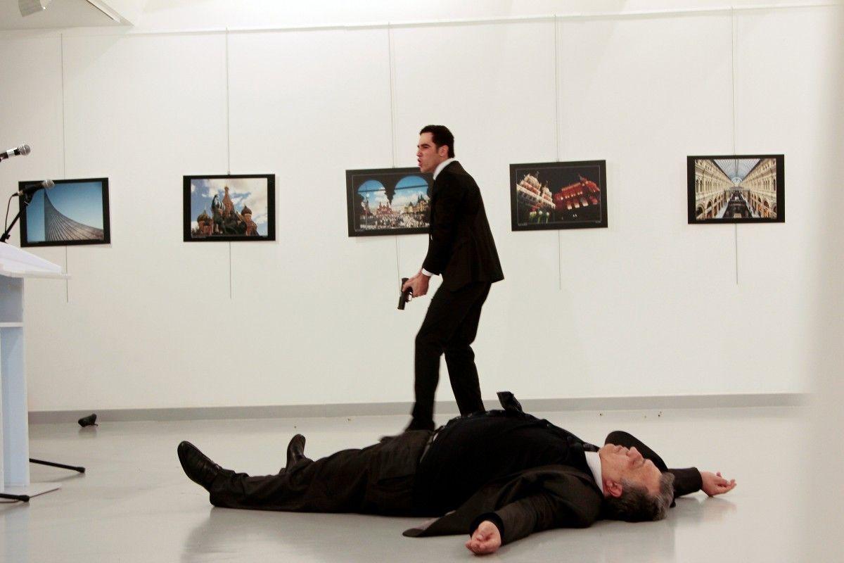 Момент после убийста посла в Турции / REUTERS
