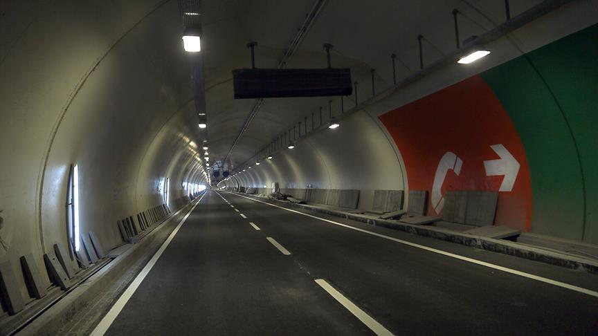 Планируется, что через тоннель будет проезжать не менее 120 тысяч автомобилей в сутки / aa.com.tr