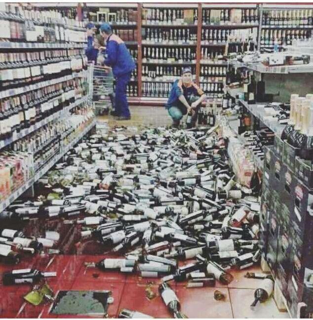 В тернопільскому супермаркете обрушились стеллажи с алкоголем / Фото из соцсетей