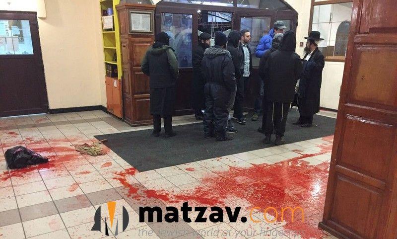 Приміщення облили червоною фарбою, що виглядає як кров / Фото matzav.com