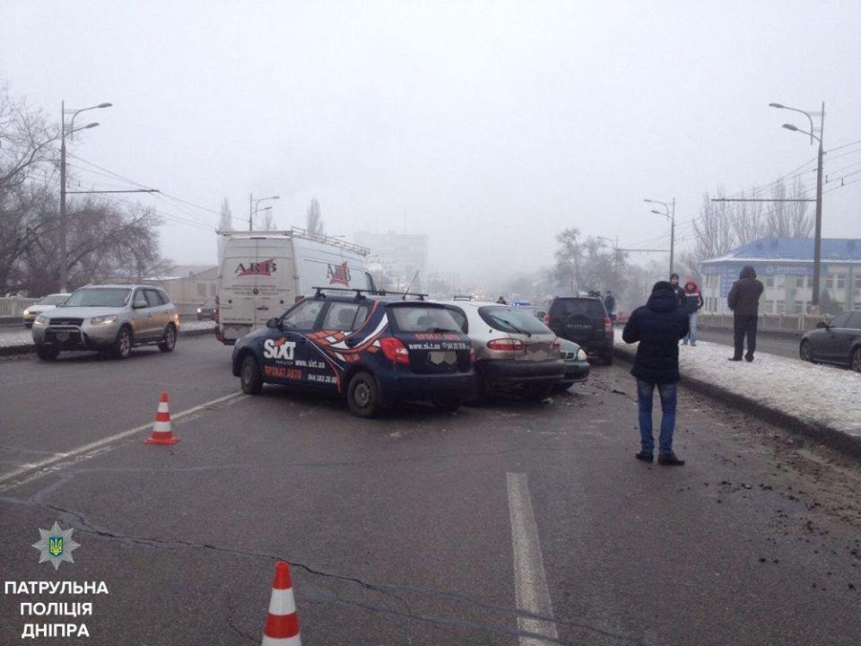 Гололед парализовал автомобильное движение в Днепре / Facebook, Патрульна поліція Дніпра