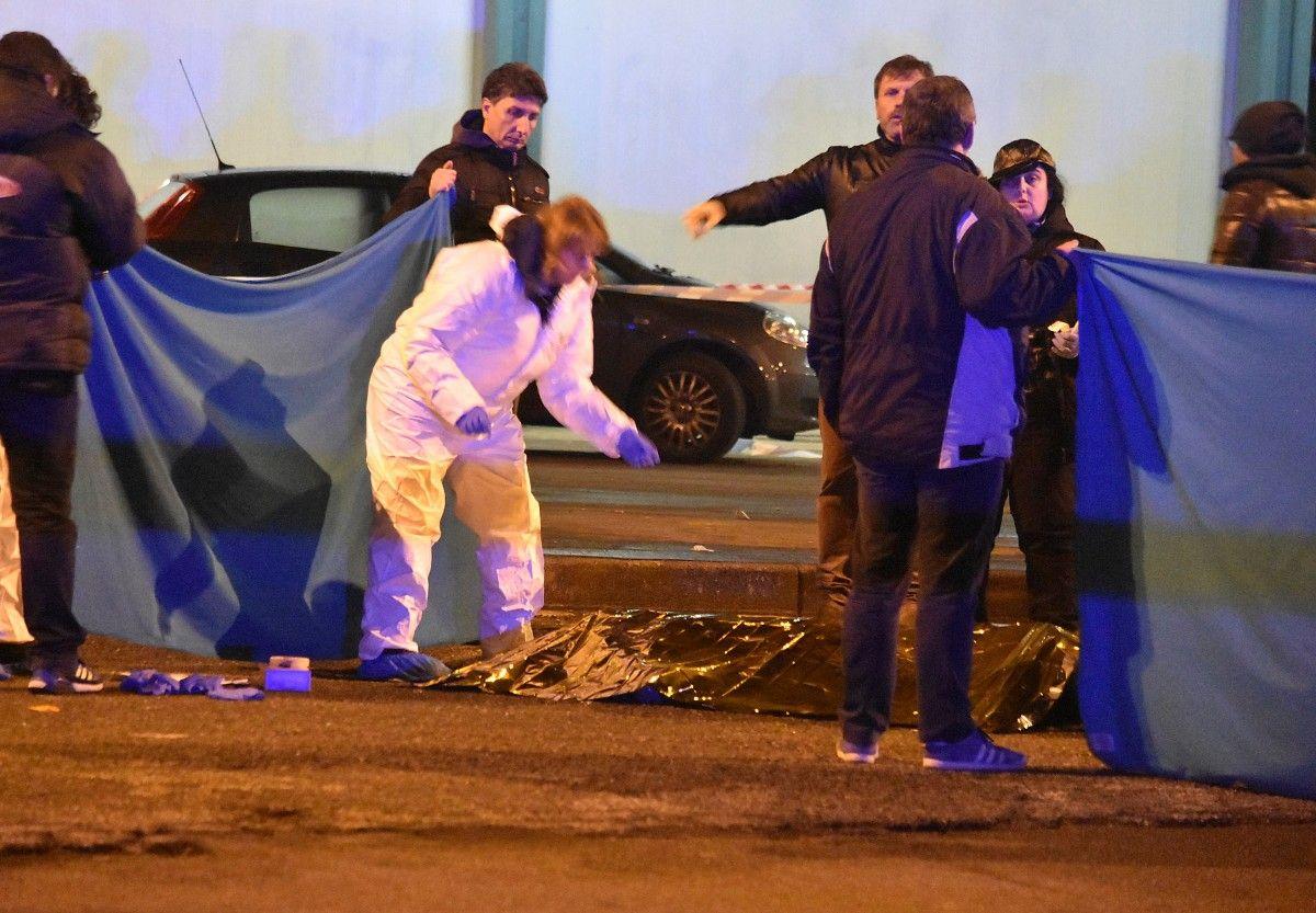 Сотрудники итальянской полиции работают рядом с телом Аниса Амри / REUTERS