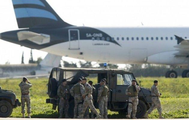 Похищен ливийский лайнер приземлился на Мальте / REUTERS