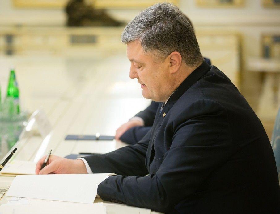 Президент подписал закон относительно проведения в Украине финальных матчей Лиги чемпионов УЕФА-2018 / фото president.gov.ua